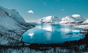 雪后山中美丽的湖泊摄影图片