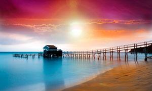 海边栈桥边的小木屋摄影图片