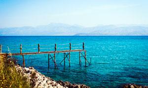 ?#36947;?#30340;大海和木桥摄影图片