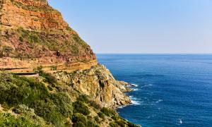 悬崖峭壁和蔚蓝的大海摄影图片