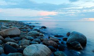 海边光滑的石头摄影图片