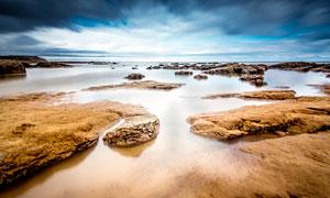 海边沙滩上美丽的礁石摄影图片