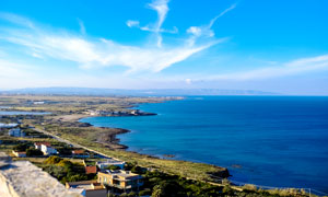 蓝天下的海湾美景摄影图片