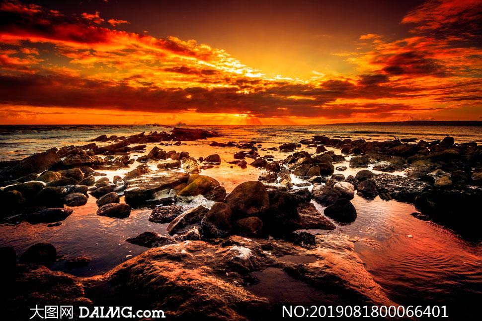 海边美丽的火烧云摄影图片