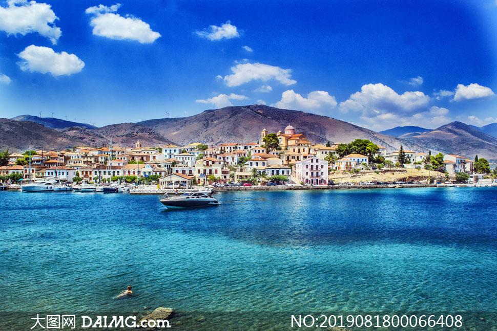 晴空下的海边城镇和游船摄影图片