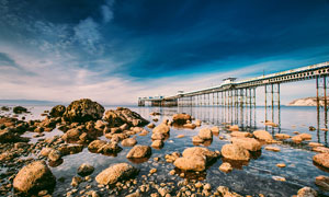海边的桥梁和岩石摄影图片