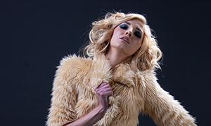 皮草装扮金发美女人物摄影原片素材