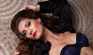 躺地毯上的妆容内衣美女摄影原片素材