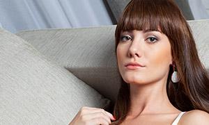 沙发上躺着的内衣美女模特高清原片