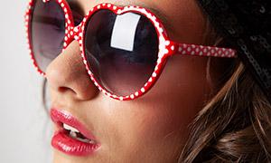 戴墨镜的红唇美女侧面摄影高清原片