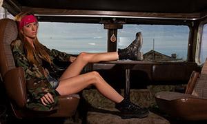 把腿翘到桌子上的美女摄?#26696;?#28165;原片