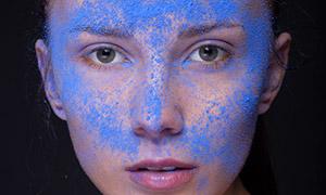 脸上有蓝色粉屑的美女摄影原片素材