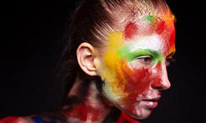 在脸上涂了油彩的美女侧脸摄影原片