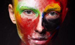 抹多种颜色油彩的人物高清原片素材
