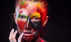 脸上涂了多种颜料的人物特写高清原片