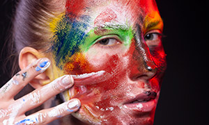 在用手往脸上抹颜料的美女高清原片