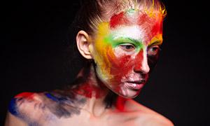 裸露着双肩的彩绘美女摄影原片素材