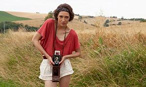 拿老式相机拍照的短发美女原片素材