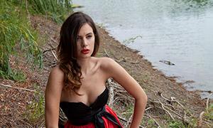 坐在枯树上的红裙美女摄影高清原片