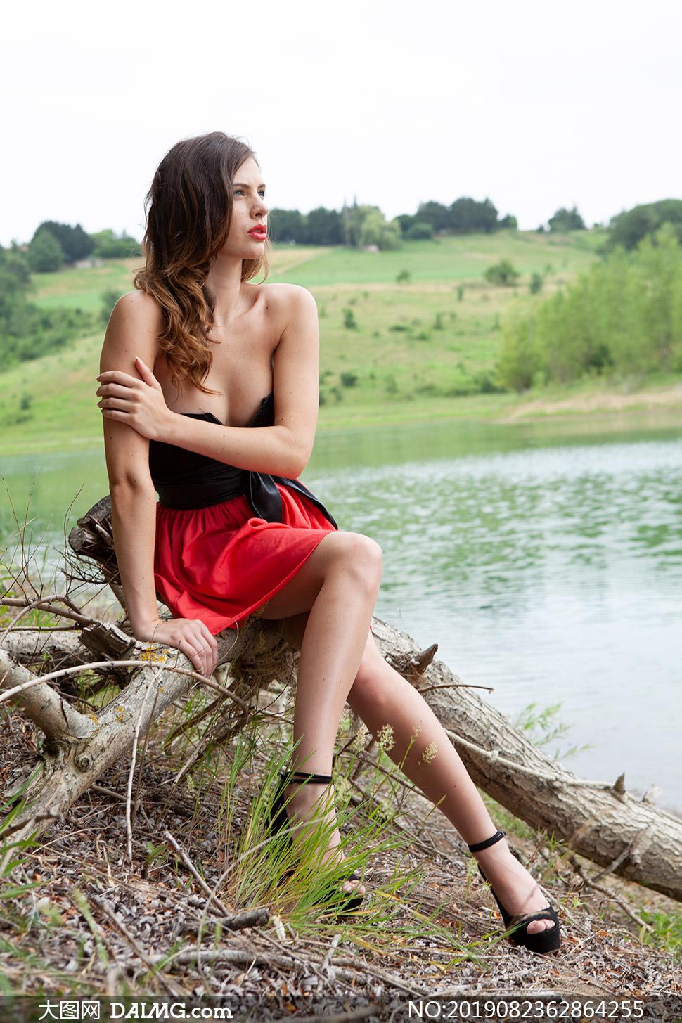 在河边的抹胸红裙美女人物高清原片
