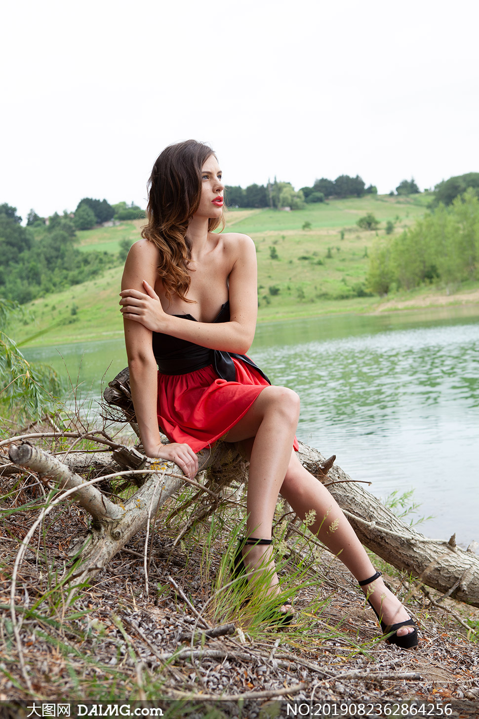 披肩发抹胸裙美女模特摄影高清原片
