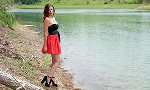河水边的短裙美女模特摄影原片素材
