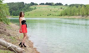 河边的披肩发美女模特摄影原片素材
