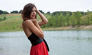 面的笑容的抹胸裙美女人物摄影原片