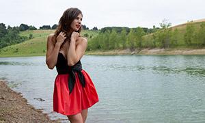 河边红裙卷发美女模特人物原片素材