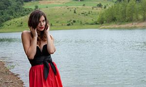 河边卷发抹胸装扮性感美女原片素材