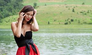 手撩着卷发的美女写真摄影原片素材