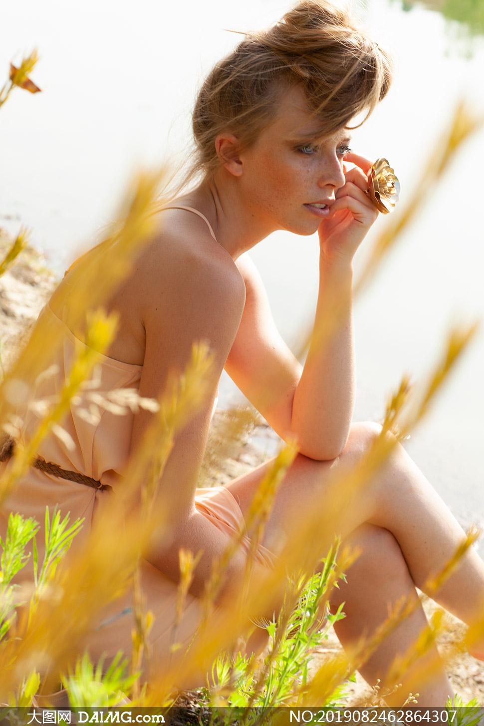 坐在小河边的盘发美女摄影原片素材