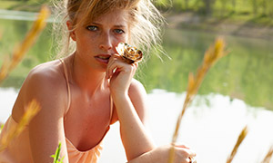 手戴着金花戒指的美女摄影原片素材