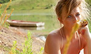在河边的美女人物特写摄影原片素材