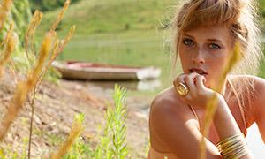 水边小木船与美女写真摄影原片素材