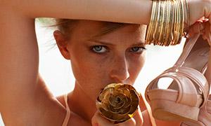 戴着金首饰的美女特写摄影原片素材