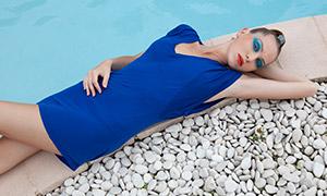 躺泳池边的蓝裙子美女写真原片素材