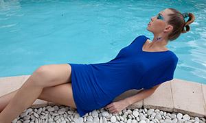 半躺着的蓝裙美女人物写真原片素材