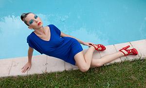 穿蓝裙子红色高跟鞋的美女高清原片