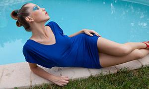 穿蓝色短裙的美女写真摄影原片素材