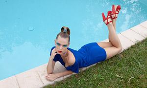 池边蓝裙子的美女写真摄影原片素材