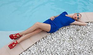 躺在泳池边的长腿美女写真摄影原片