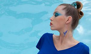 游泳池边蓝裙美女人物摄影原片素材