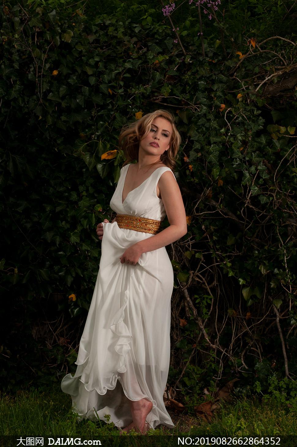 一袭白色长裙卷发美女摄影原片素材