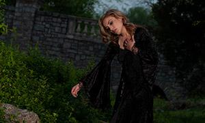 溪水边站石头上的长裙美女原片素材