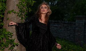 站在石头上的黑裙美女摄影原片素材