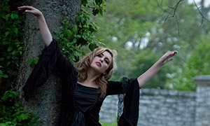 张开双臂的黑裙子美女摄影原片素材