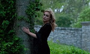 抱大树的长裙美女人物摄影原片素材