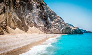 悬崖下的海边沙滩美景摄影图片