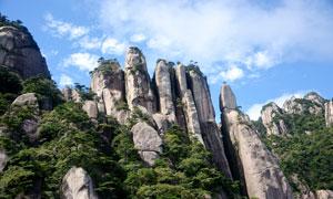 蓝天白云下的三清山景区摄影图片